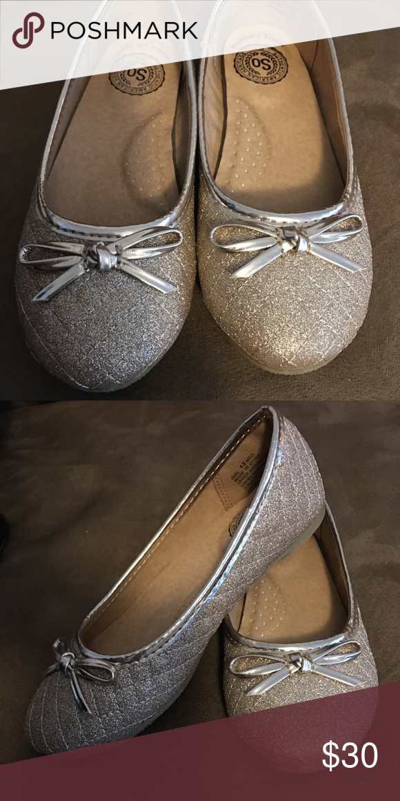 girls dress shoes. Never worn. Color