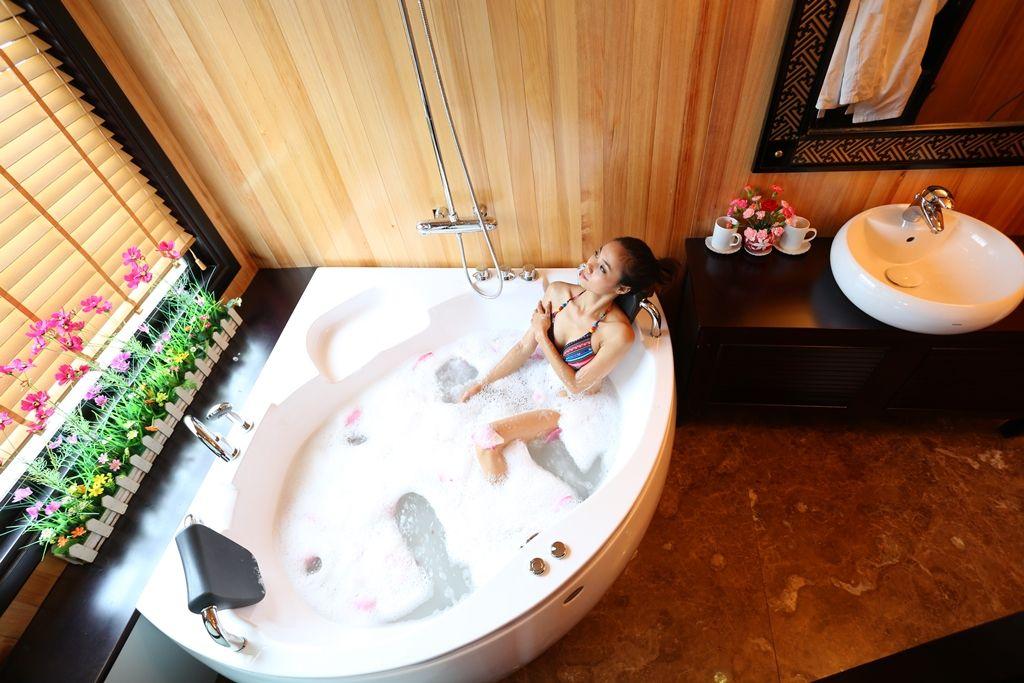 Soak in the tub, Stalight cruise, Halong bay www.asianatravelmate ...