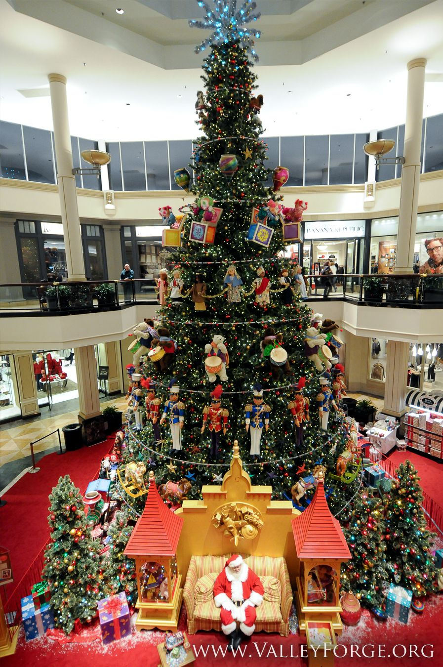 King Of Prussia Mall The Largest Retail Shopping Complex In The U S Boasts Impressive Seasonal Decoration King Of Prussia Mall King Of Prussia Holiday Tours