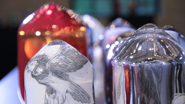 Comic Art in Glass! Tulintu @Finnish Glass Museum. By Sini Majuri & Ella Varvio. Majuri ja Varvio yhdistävät uudella tavalla tarinankerrontaa ja perinteistä käsityötaidetta. Suomalaistaiteilijoiden idea on jo ehtinyt herättää kansainvälistä huomiota. Katso, miten piirros saadaan vangittua lasin sisälle!