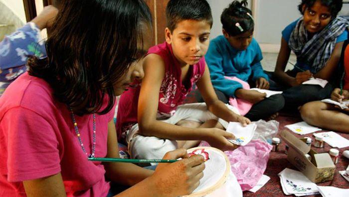SALAAM BAALAK TRUST is een stadswandeling voor en door straatkinderen die het verschil maakt. Georganiseerd door de Salaam Baalak Trust in Delhi (India). Voormalige straatkinderen geven een stadswandeling door de straten van Delhi. Tijdens de wandeling delen zij hun levensverhaal. Deze voormalige straatkinderen hebben nu een 'gewone' baan en begeleiden deze wandelingen om hun organisatie te promoten.