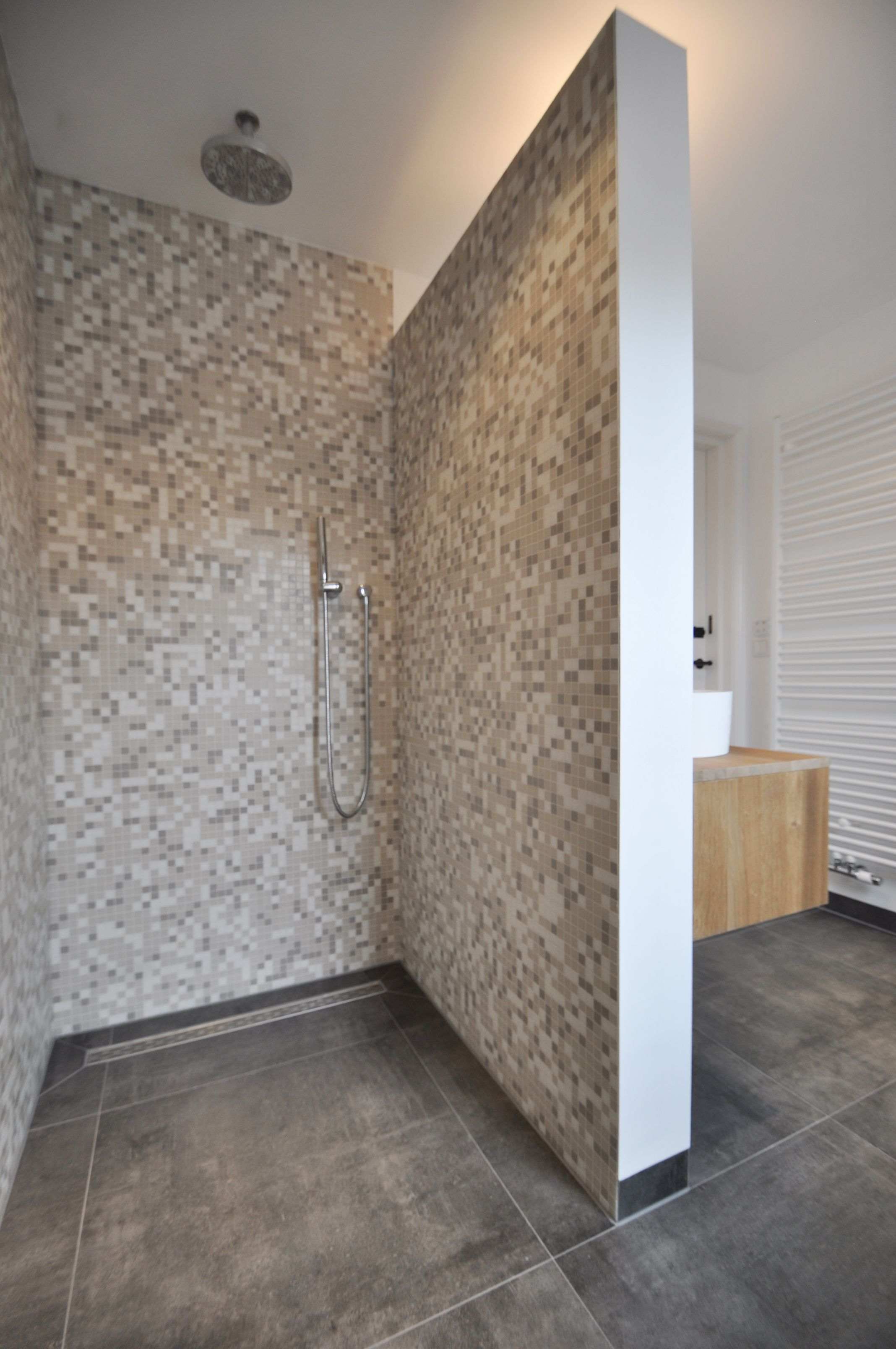 Sfeervolle badkamer met beton look tegels mozaiek wanden inbouwkranen - Glazen kamer bad ...