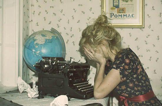 """Deixe a """"marca registrada"""" para outros detalhes ou até mesmo para usar uma vez ou outra, assim ninguém enjoa dos seus vícios – nem você mesmo. Se não conseguir parar de uma vez, tente intercalar as manias e não uni-las todas em um só texto. Por exemplo: um texto com dois pontos no título, outro com analogias, o próximo com subtítulos e assim sucessivamente, é uma forma de ser você mesmo na web, sem se tornar chato e maçante..."""