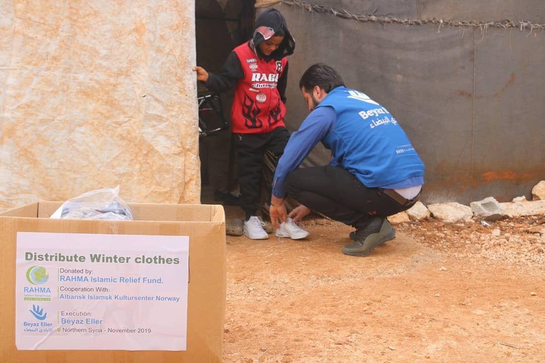 استمرار فريق الأيادي البيضاء بتوزيع كسوة الشتاء في مخيمات النزوح في الشمال السوري على أهلنا النازحين وا In 2020 Islamic Relief Winter Outfits Paper Shopping Bag