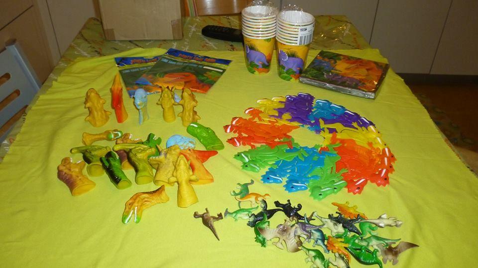 Mila de Valencia, nos ha enviado esta foto de los productos que compró ayer en www.tododinosaurios.com para preparar una súper-dino-fiesta !!! Gracias por la foto y que lo paséis jurásicamente genial !!!!
