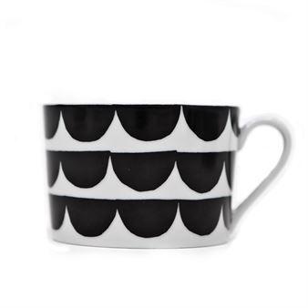 Tu es la vague kuppi tulee House of Rymiltä ja sen on suunnitellut Anna Backlund. Aaltomainen kuosi toistuu useissa House of Rymin tuotteissa ja se on helppo yhdistää niin muihin kuviollisiin kuin yksivärisiinkin astioihin. Kuppi on ohutta posliinia ja siitä on miellyttävä juoda. Kuppi kuuluu sarjaan Just my cup of tea.
