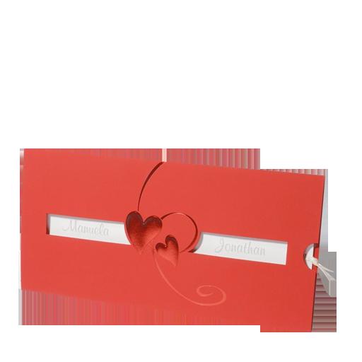 Hergestellt wurde diese romantische Hochzeitseinladungskarte aus einem durchgefärbten, roten Premiumkarton, der mit einer Rotfolienprägung in Form zweier Herzen liebevoll gestaltet wurde. Die angebrachte Fensterstanzung setzt die Namen des Brautpaares besonders schön in Szene. Online bestellen - nur bei uns! top-kartenlieferant