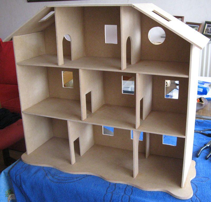 Fabriquer Une Maison De Poupees Enfin Une Maison De Playmobils Le Nuancier De Marie Maison De Poupee En Bois Maison Playmobil Maison Barbie