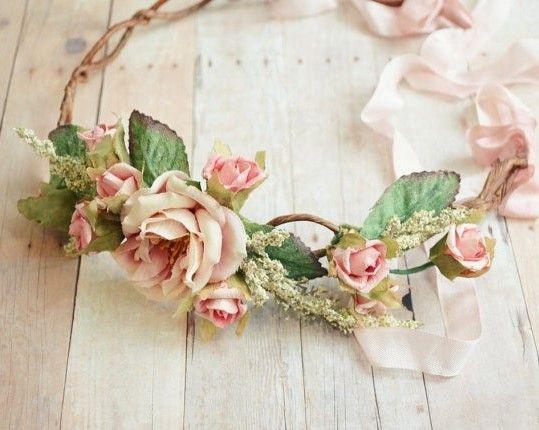 coiffure de mariage quoi de plus frais et tendance qu une couronne de fleurs vous souhaitez. Black Bedroom Furniture Sets. Home Design Ideas