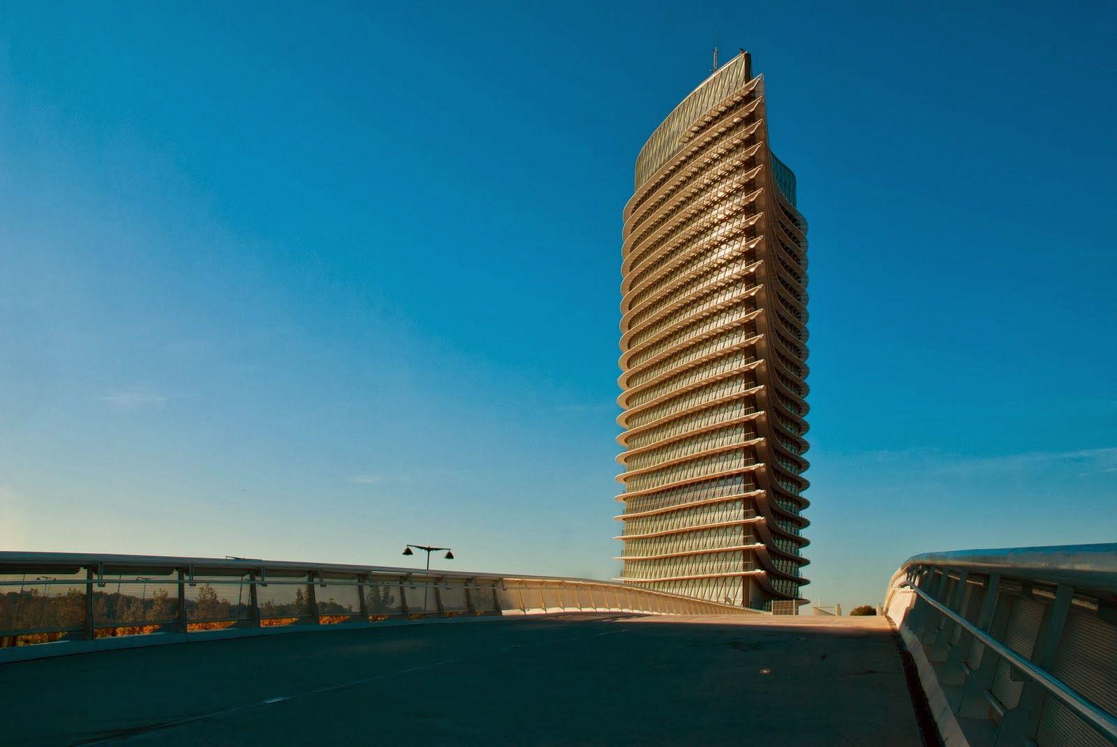Otra gran construcción sin futuro que debemos a la Expo de Zaragoza de 2008. Desde que ésta terminó permanece cerrado bajo llave y sin un plan determi-nado que le dé algún uso. Este edificio de 76 metros costó 53, 5 millones de euros. ZARAGOZA