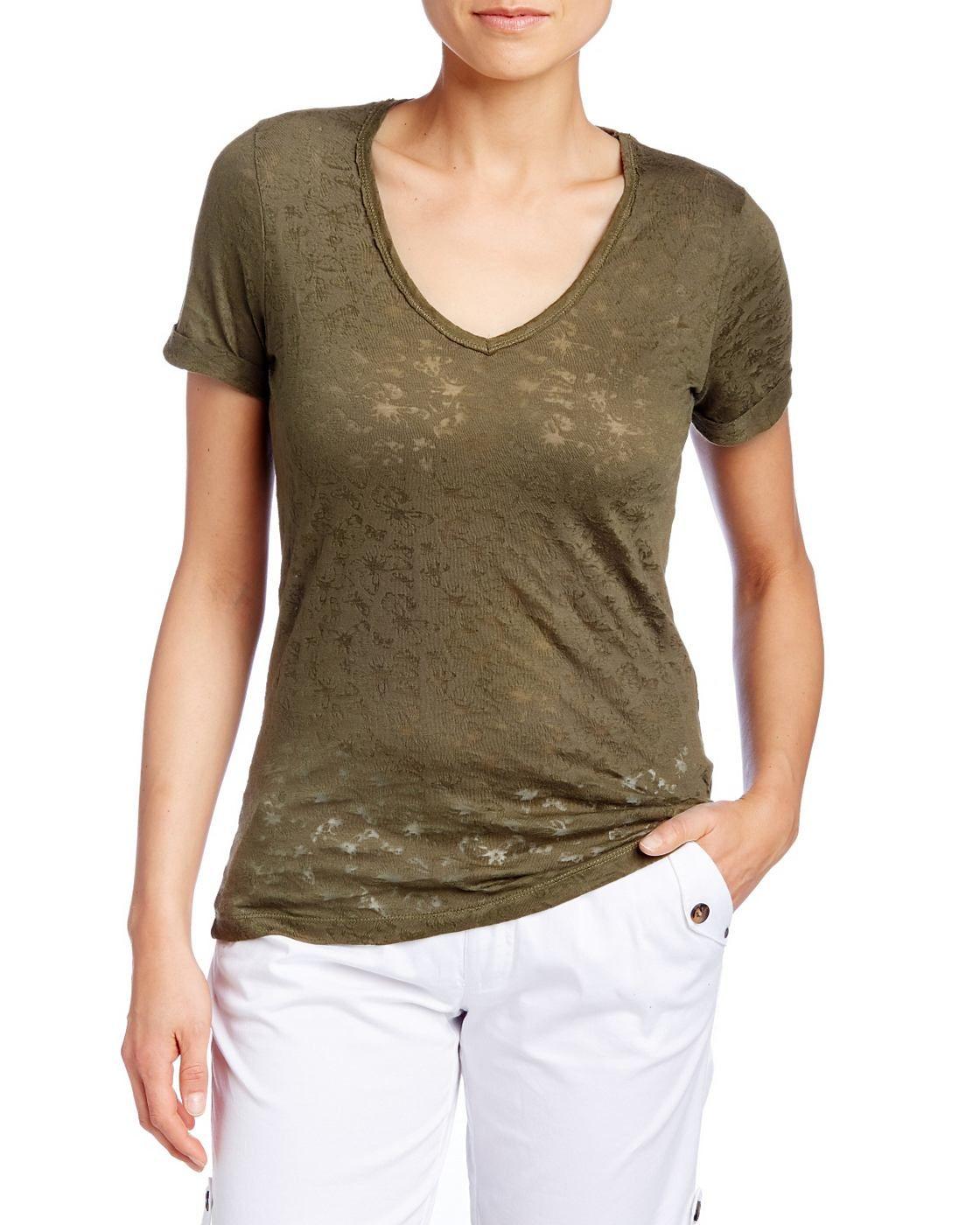 T-Shirt    Modisches Shirt aus 65%Baumwolle und 35% Polyester mit Allover-Schmetterling Design. Der V-Ausschnitt und die umgeschlagenen Ärmel unterstützen die feminine Silhouette. Ein kleines Logo am Bund setzt einen dezenten Markenhinweis....
