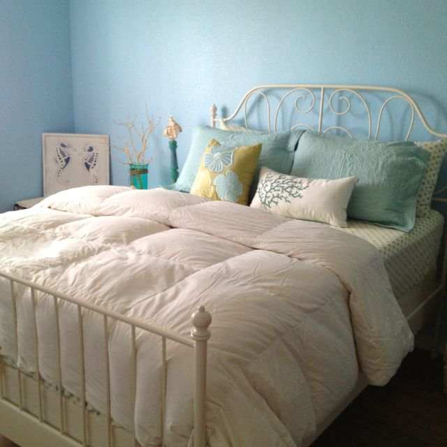 Ocean Blue Bedroom Wall: Blue Walls Add To The Effect Of Ocean Theme Bedrooms