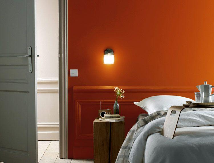Sans faute - Le orange dans la chambre crée une atmosphère dynamique