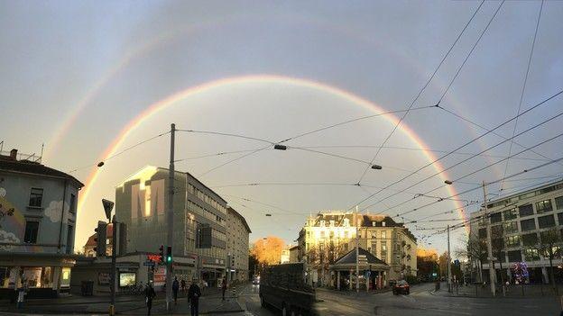 Ein beinahe vollständiger Regenbogen mitten in der Stadt.