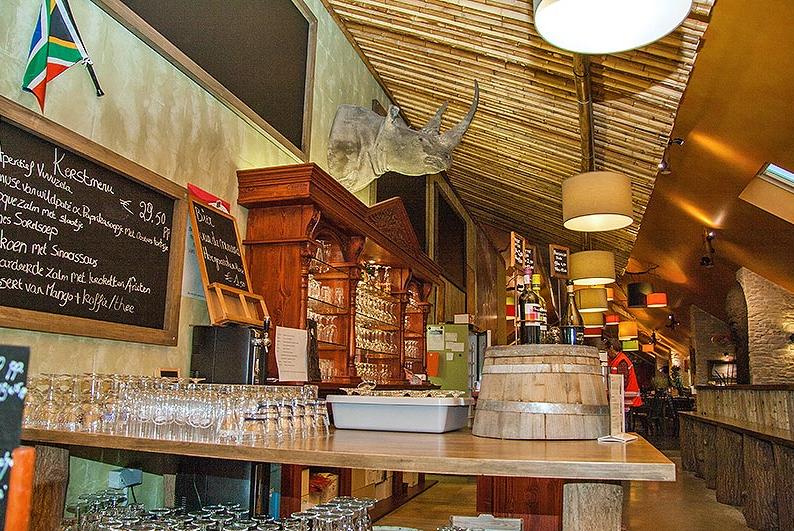 Ontdek het restaurant DE VUVUZELA in Ham: foto's, beoordelingen, menu's en reserveer in één klikTUIN - EN FIETSCAFE DE VUVUZELAWELKOM IN DE VUVUZELA Onze Afrikaans-ingerichte taverne is rustig gelegen in de Hamse bossen op het domein van Ollevier & co.U kan er genieten van een uitgebreide drankenkaart met 10 soorten bier van het vat. Laat u ook verrassen door onze frisse keuken. De terrassen bieden zicht op de minigolf, een speeltuintje en het nabijgelegen tuin- en vijvercentrum. De Vuvuzela…