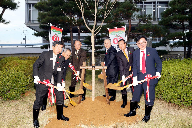 안동시(시장 권영세)는 10월 31일 자매도시인 일본 사가에시와 파트너시인 가마쿠라시를 방문(10월 31일(금)부터 ~ 11월 3일(월)까지 나흘간)하여 시제시행60주년 기념식수 행사에 참여하고 있다(2014. 10. 31.).
