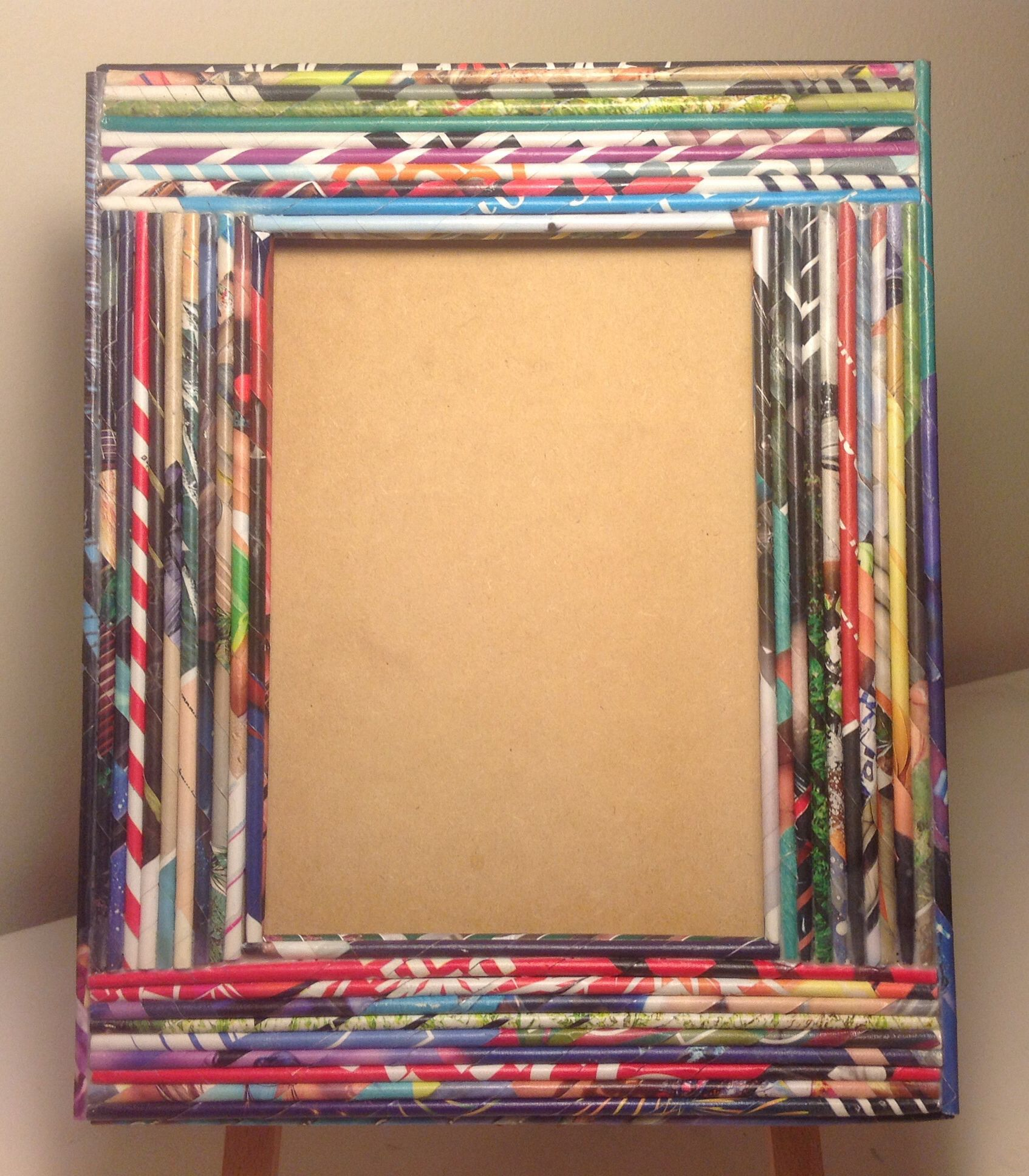 Portaretrato con marco decorado con rollitos de papel de revistas ...