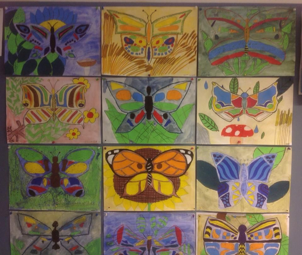 Perhoset: Ensin piirretään perhosen toinen puoli pehmeällä lyijykynällä, paperi taitetaan kahtia ja hinkataan kuvio näkyviin toiselle puolelle (symmetrinen perhonen). Väritys vahaliiduilla ja laveeraus. Facebook; Alakoulun aarreaitta (Katri Piiparinen)