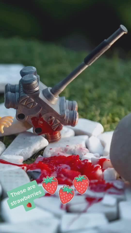 I used a STRAWBERRY 🍓 #hulk #toyphotography #mezco #mezcotoyz #bts #marvelfan #spielzeug @mezcotoys #geek #mytoy #toys #hulksmash #pixar #my_art #toy