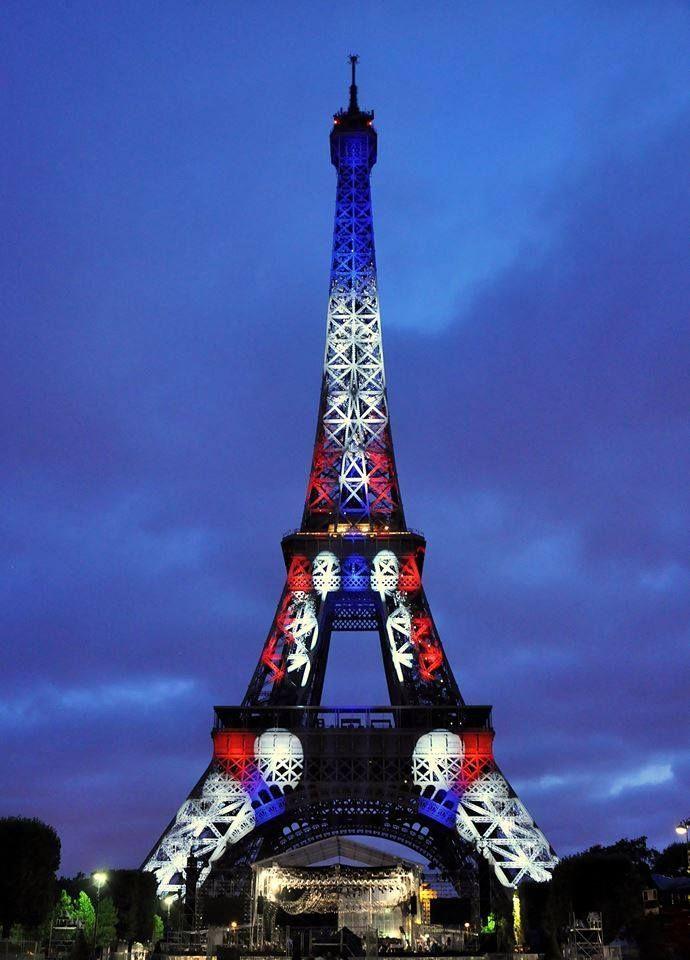 Paris est une Fête! — La Tour Eiffel en bleu, blanc, rouge ...