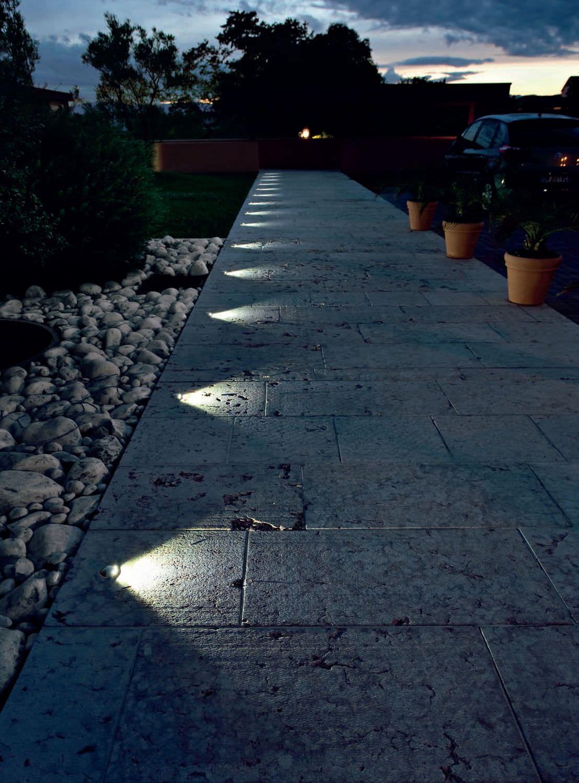 Un Viale Illuminato Suggestivamente Da Segna Passo Led Bianco Naturale Illuminazione Giardino Esterno Illuminazione Cortile Illuminazione Del Giardino
