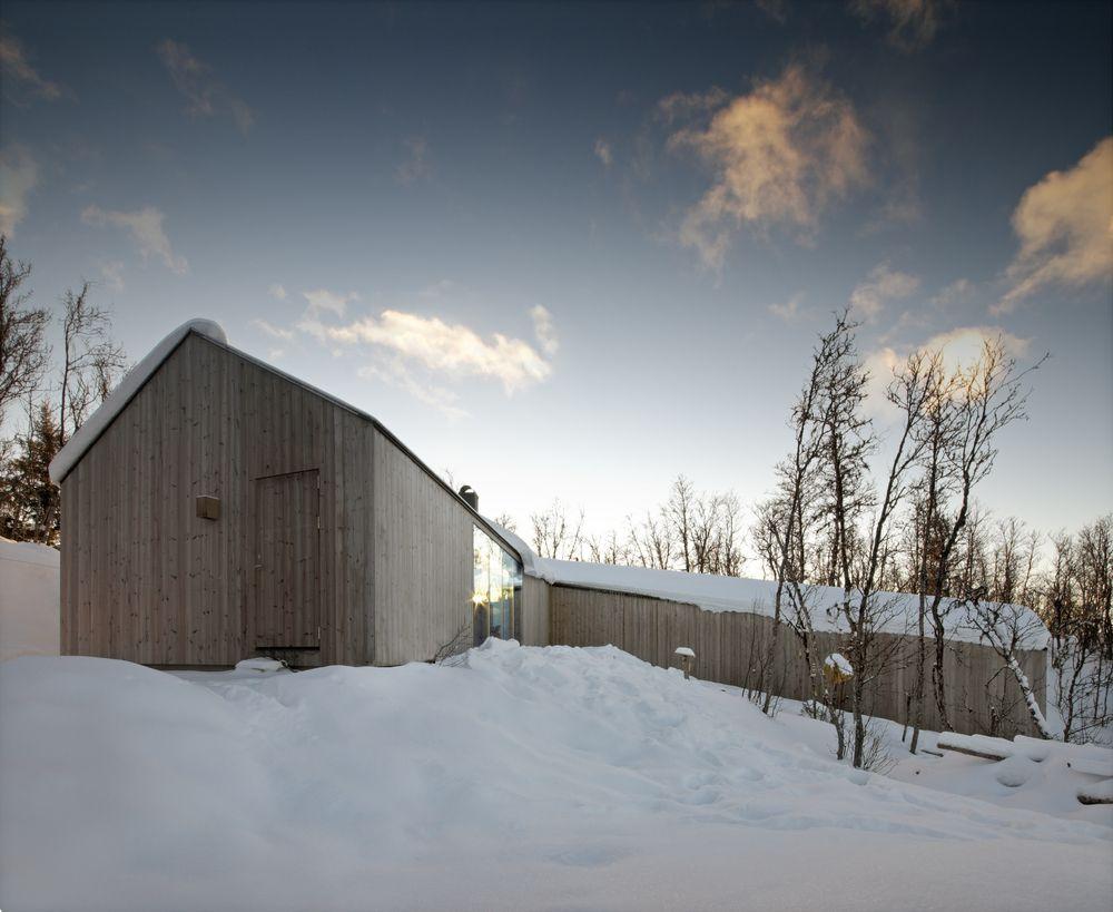 Moderne Holzverschaltung in großzügiger Ferien Lodge in Norwegen