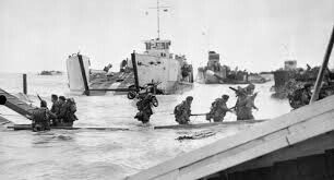 Commandos de 48 (RM) Commando débarquent de péniches de débarquement à St Aubin-sur-Mer sur la plage Juno, le 6 Juin 1944.