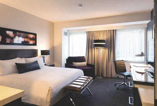 Hôtel à Chicago : The Godfrey Hotel - Côté Maison.fr, j'aime l'idée de la baguette qui recouvre la tringle a rideaux pour un rendu contemporain sans les frais du faux plafond