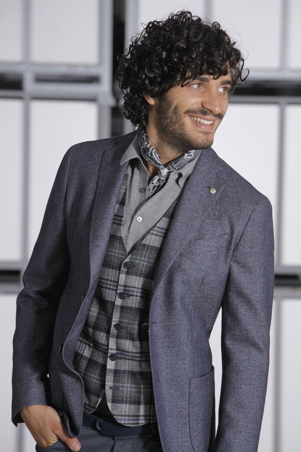 Caldo e morbido Lambswool délavè per la giacca vestibilità decostruita, senza fodera e con dettagli interni a contrasto. Tasca interna porta cellulare. Spalla naturale senza supporti, chiusura con 3 bottoni stirati a 2. Abbinata ad un gilet 5 bottoni, foderato, realizzato in un madras leggermente follato.  #citytime #citytimefashion #fashion #modauomo #stileitaliano #italianstyle #giacche #class #menswear #vscofashion #fashionblogger
