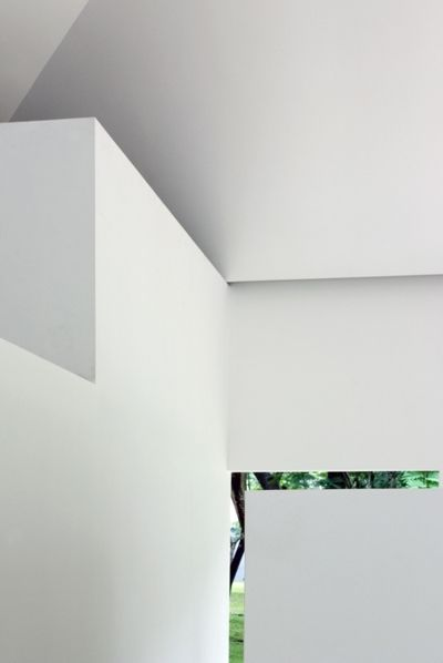 Detail on white walls _