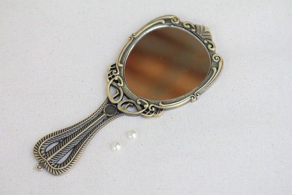 Hey, j'ai trouvé ce super article sur Etsy, chez https://www.etsy.com/fr/listing/104989253/modele-vintage-de-miroir-a-main-en