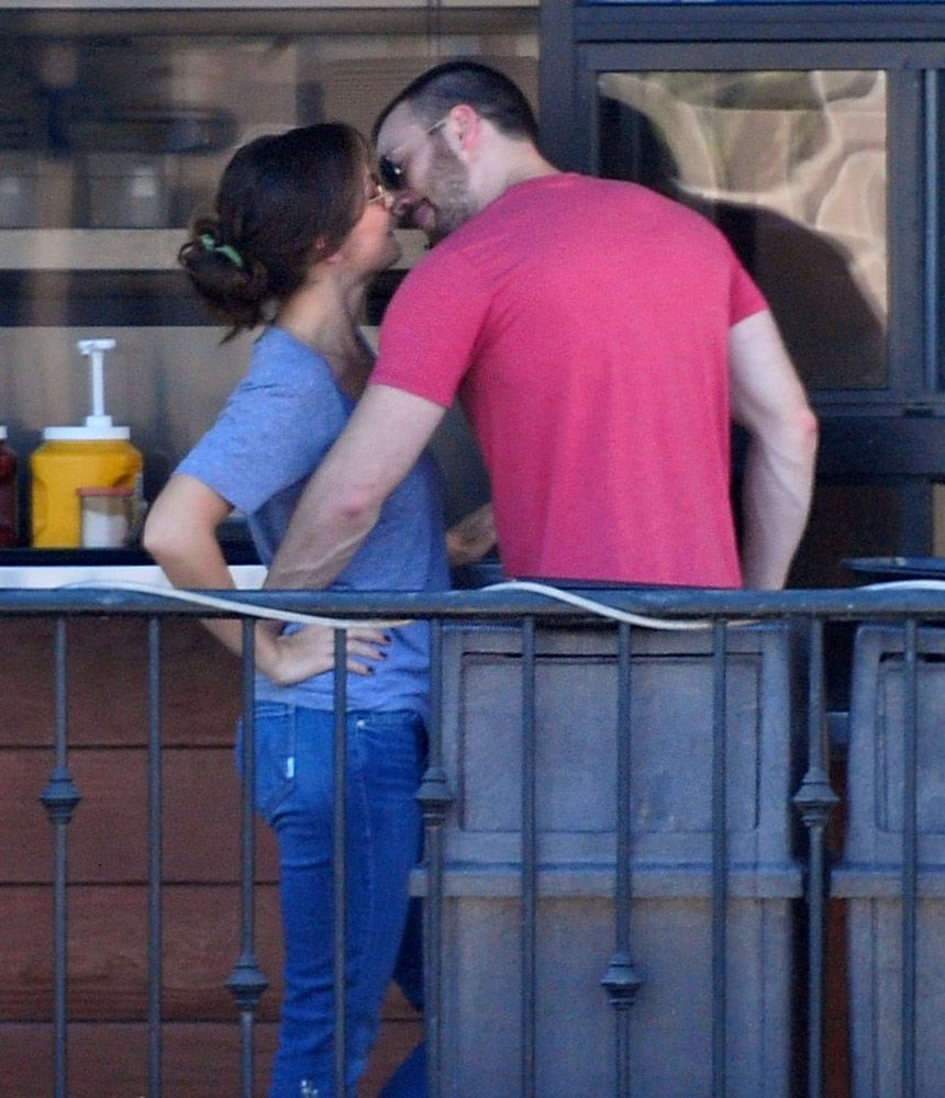 First Pic Chris Evans Kisses On Again Girlfriend Minka Kelly