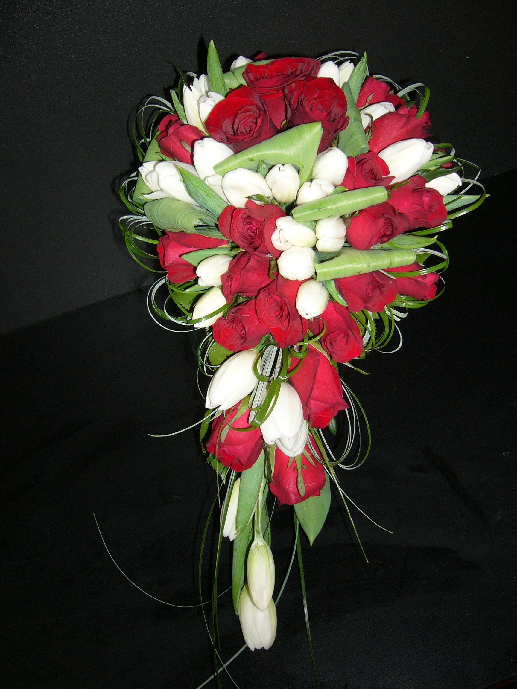 Wedding bouquets teardrop  teardroptulipredrosebeargrass  fleurs mariage  Pinterest  Red