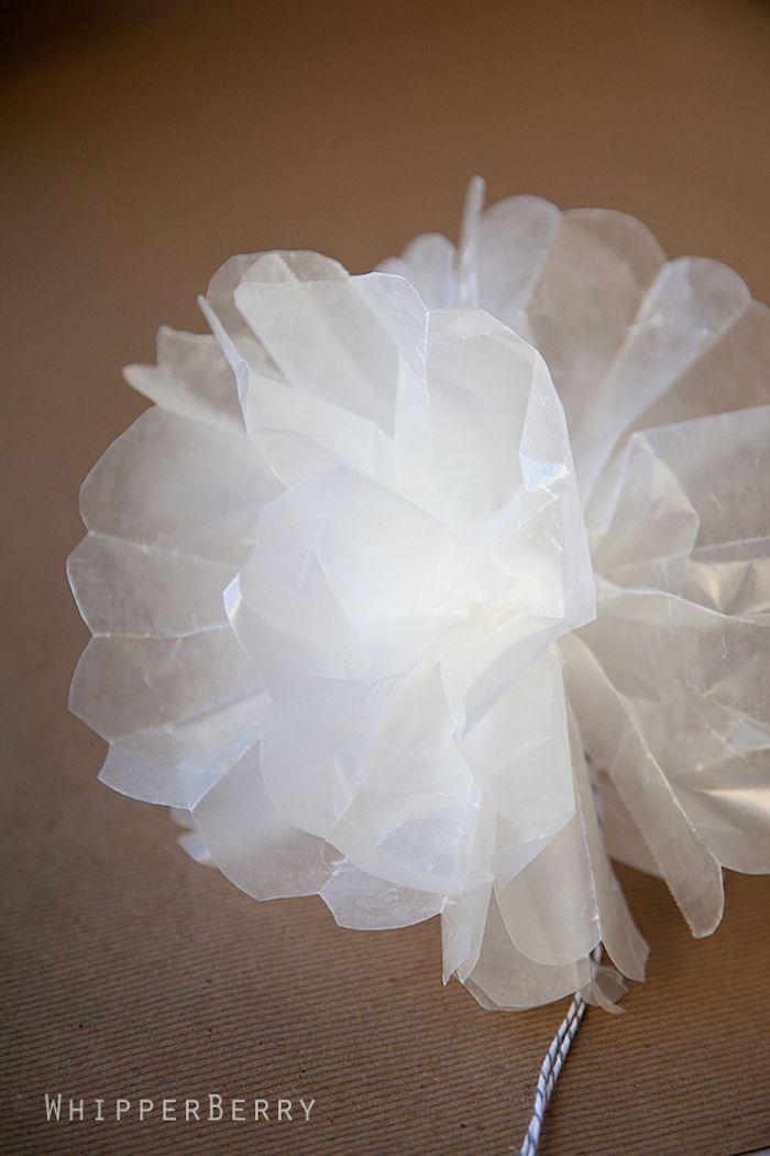 weiße Blume aus leicht durchsichtigem Papier, gebunden mit einem ...