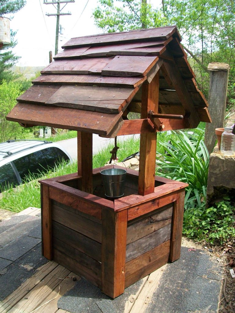 A Wishing Well Made Of Pallets Diy Wishing Wells Water Well House Wishing Well
