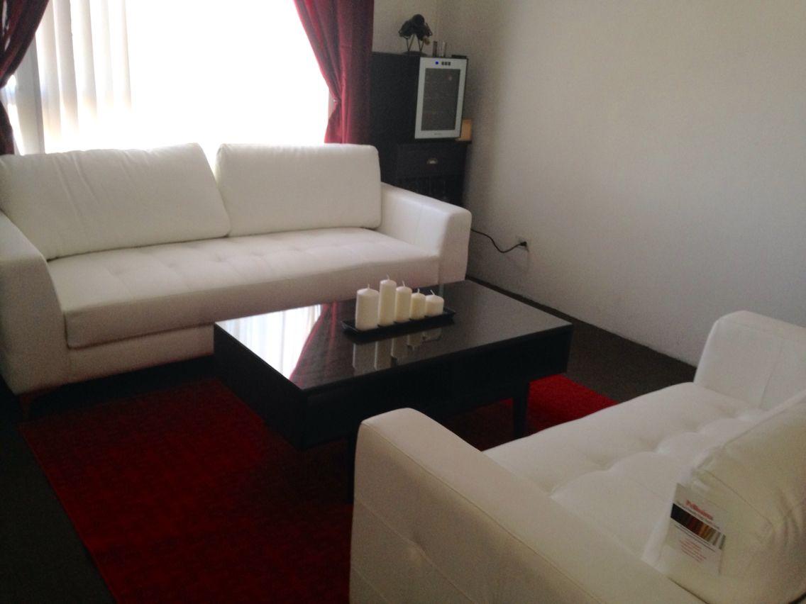 Sala blanca con decoración rojo con café