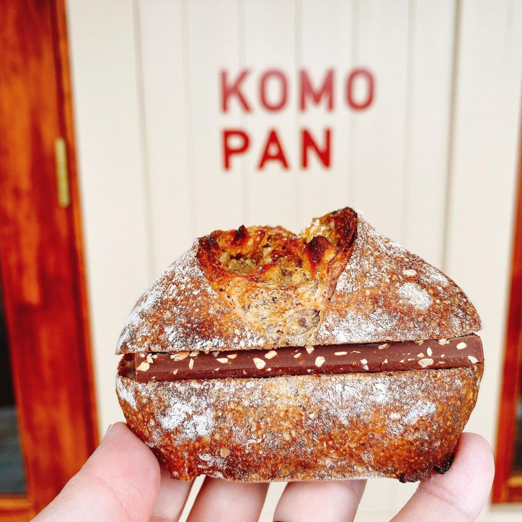 おはようございます。10,000個以上のパンを食べ歩いたパンマニアの片山智香子です。この連載では、朝から元気になれる美味しいパン屋さんやカフェを紹介します! 【鎌倉・腰越】今年オープン!江ノ電に乗って行きたいパン屋さん「KOMO PAN」 そんなに遠くには行けないけれど、都内からぶらりプチトリップしたい…そんなときにぴったりの場所と言えば、鎌倉、江の島エリア。江ノ電に乗って海を見ているだけでもワクワクしますよね。  今日ご紹介するのは、以前は京急の県立大学にあったsoil by HOUTOU BAKERYの小森シェフが独立開業されたパン屋さん「KOMO PAN」。今年の8月にオープンしたばかり! 江ノ電の腰越駅から海とは逆方面に6分ほど歩いて行くとあるお店は、ビルの1階部分にありながらウッディーな雰囲気がある外観です。  平日の朝9時頃に行きましたが、すでにチラホラ先客がいらっしゃいました。  soil by HOUTOU BAKERYの頃は小ぶりなパンが芸術的と思える配置でとは置いてありましたが、今回はパンのラインナップも変わり、マラサダなどハワイアンテイストのパンもプラスされている