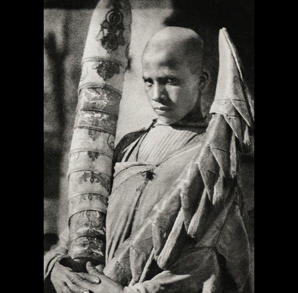 Vendedor de babuchas, 1911 El norte de África visto por José Ortiz Echagüe.