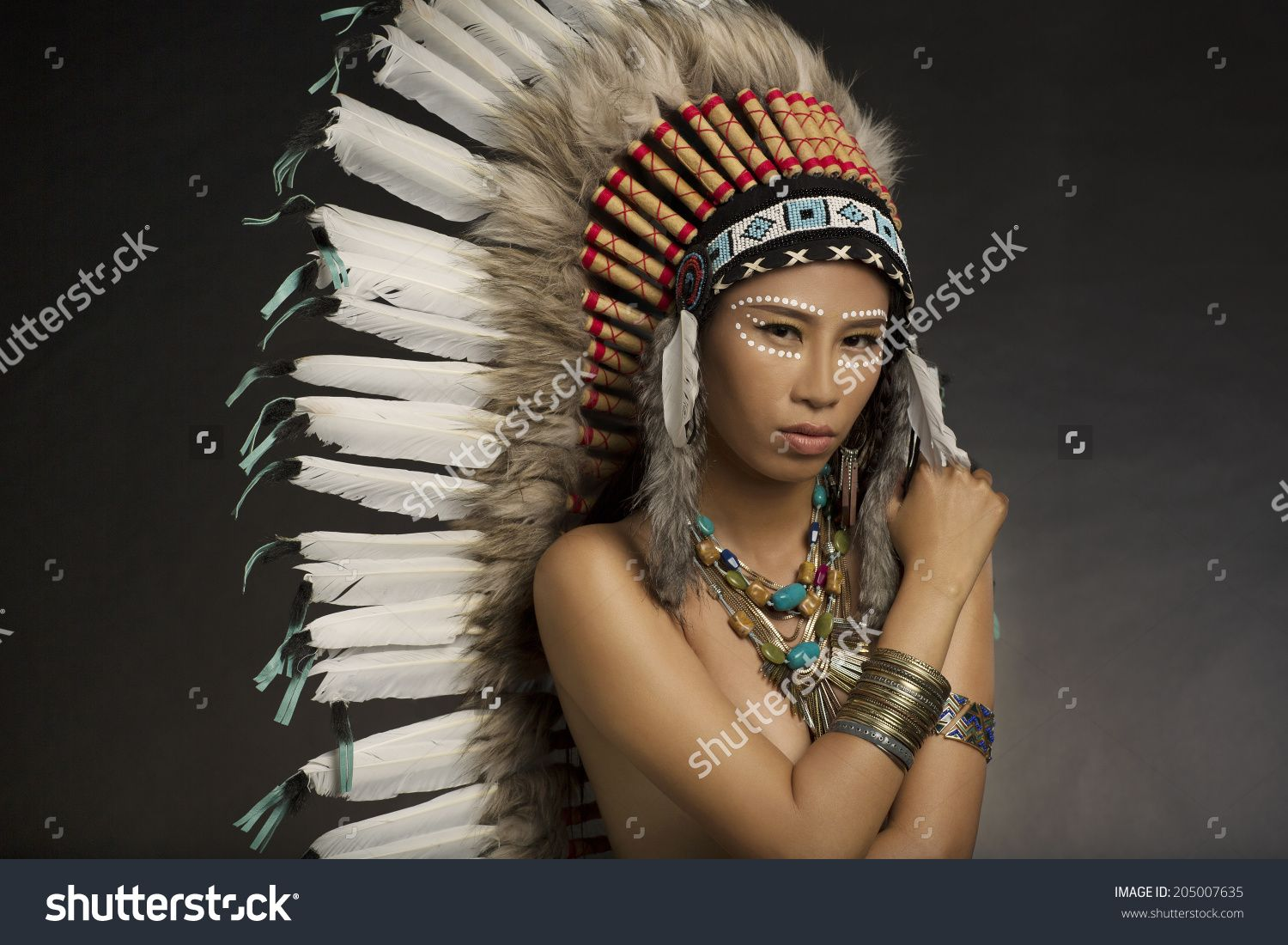 girl wearing native american indian headdress and jewelry and face hallowen indianer make. Black Bedroom Furniture Sets. Home Design Ideas