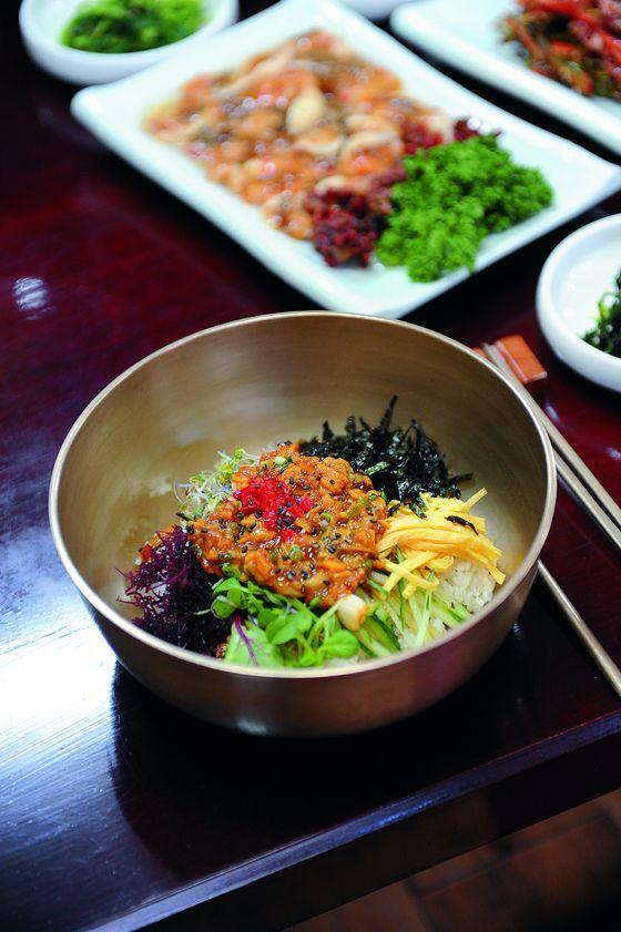 놋그릇에 담겨나오는 멍게비빔밥. 화려한 색만 봐도 군침이 돈다.