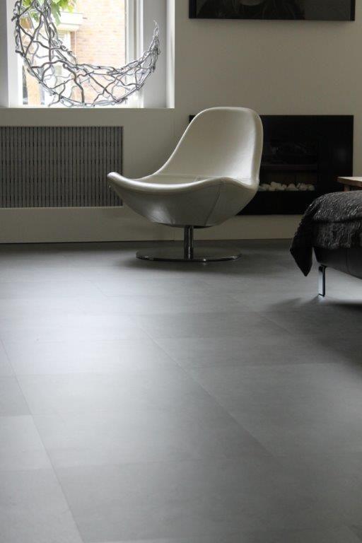 PVC tegelvloer betonlook. Geplaatst in keuken, woonkamer en hal ...