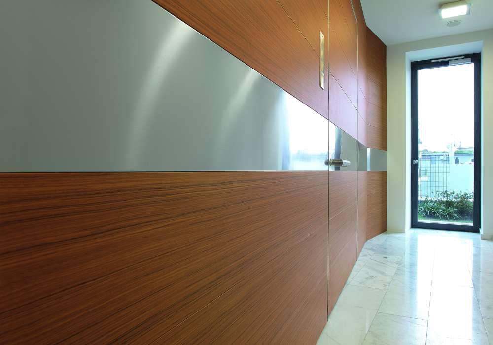 blindate OIKOS sistema WALL SYSTEM Synua Wall System sfrutta la perfetta complanarità delle porte Oikos per creare pareti che condividono la medesima concezione estetica. SWS è composta da settori componibili rivestibili in diversi materiali. Ne nascono boiserie scenografiche sia nell'ambiente interno sia nell'esposizione verso l'esterno. Una porta-parete che abbina l'effetto scenico-estetico alla sicurezza, all'eleganza, alla protezione.