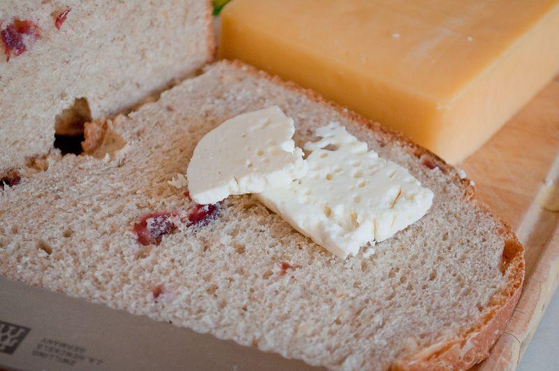 . Хлеб с клюквой, орехами и розмарином.