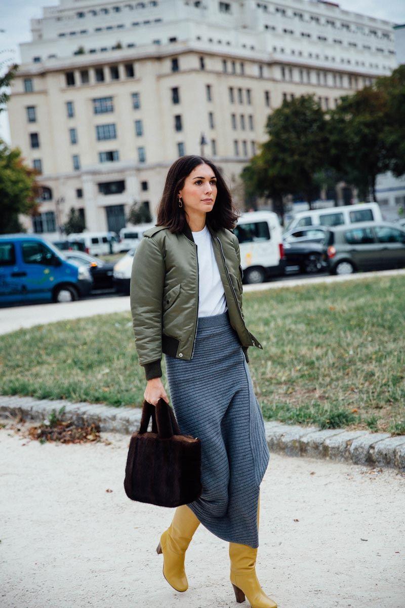Les Amants De Paris Street Style PFW / Día 3 53 de 60 Esta es una lección de estilo de Diletta Bonaiuti: mezcla una falda larga con un bómber, y añádele unas botas de un color rompedor. Foto: © Icíar J. Carrasco
