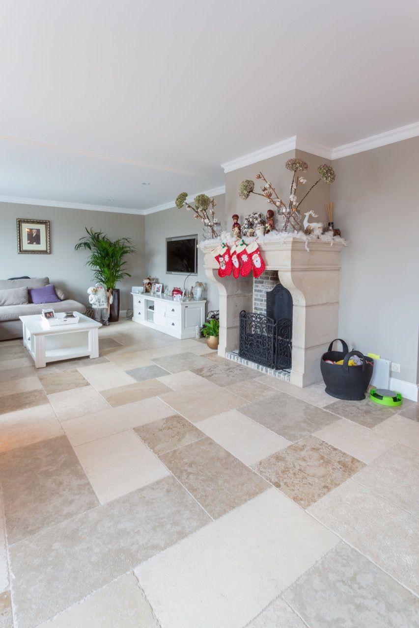 Vloer van Franse steen in de woonkamer. Sfeervolle natuursteen vloer ...