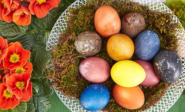 DIY - Ostereier natürlich gefärbt! Ganz ohne Chemie!  How to Dye Easter Eggs Using Natural Ingredients  Mehr unter blog.moemax.at