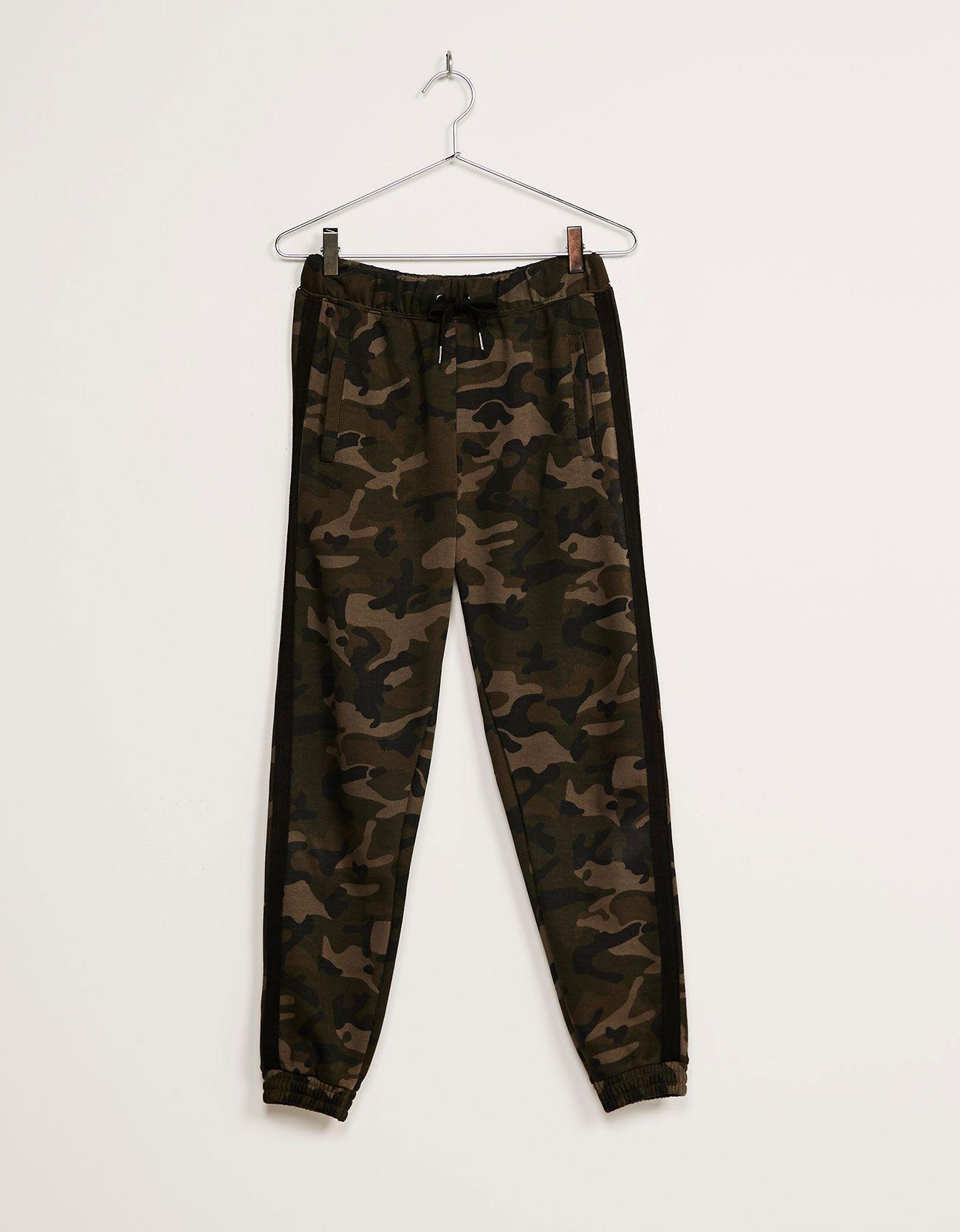 Pantalón felpa camuflaje. Descubre ésta y muchas otras prendas en Bershka con nuevos productos cada semana