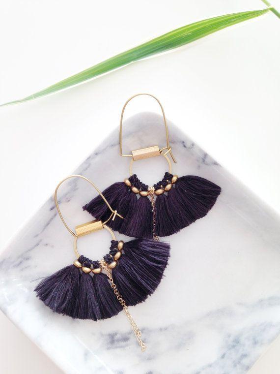 Cute boho earrings in gold with blue tassels. // Boucles d'oreilles Folk frange de soie par CorailMenthe sur Etsy