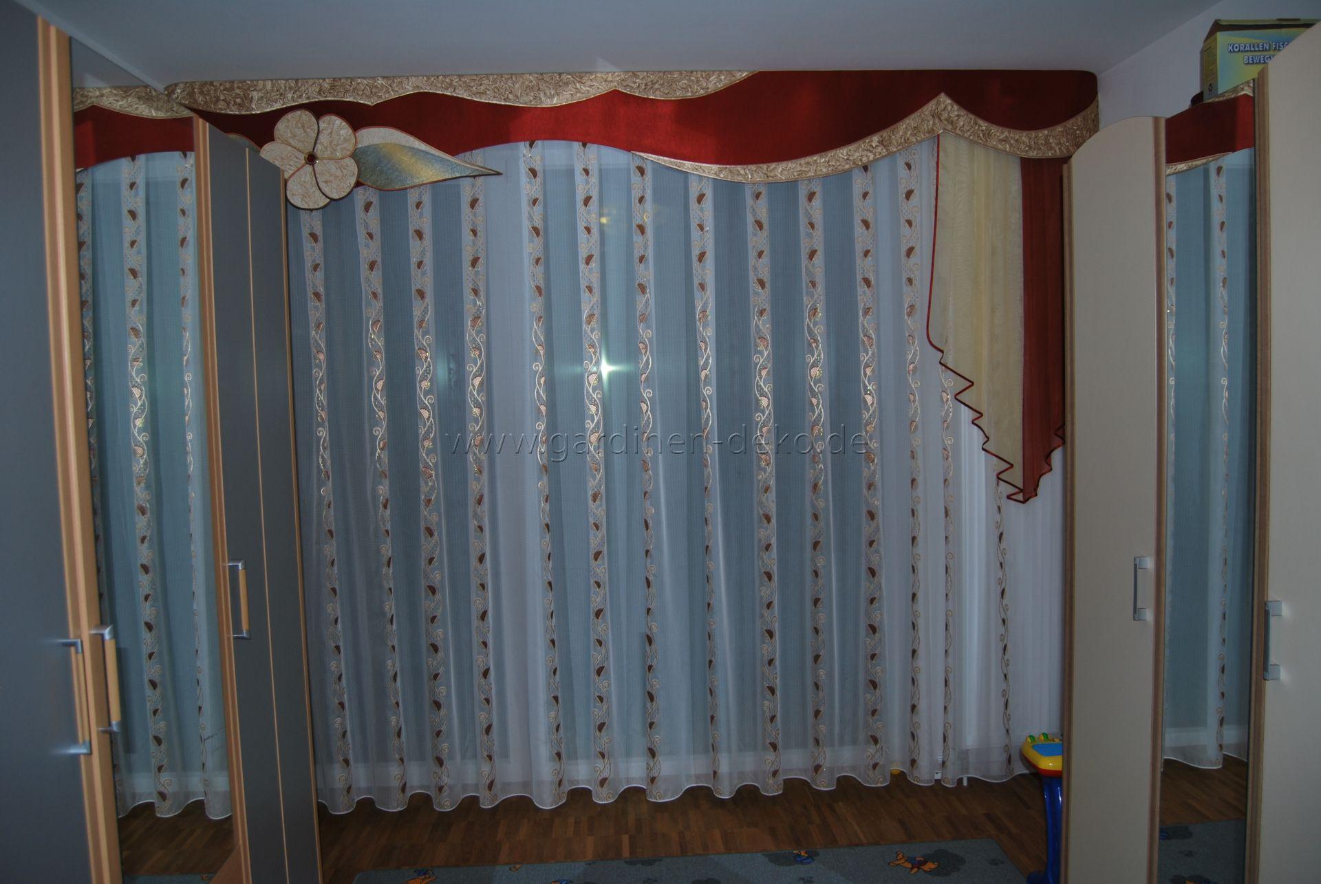 Klassischer Schlafzimmer Vorhang mit großer Schabracke und ...