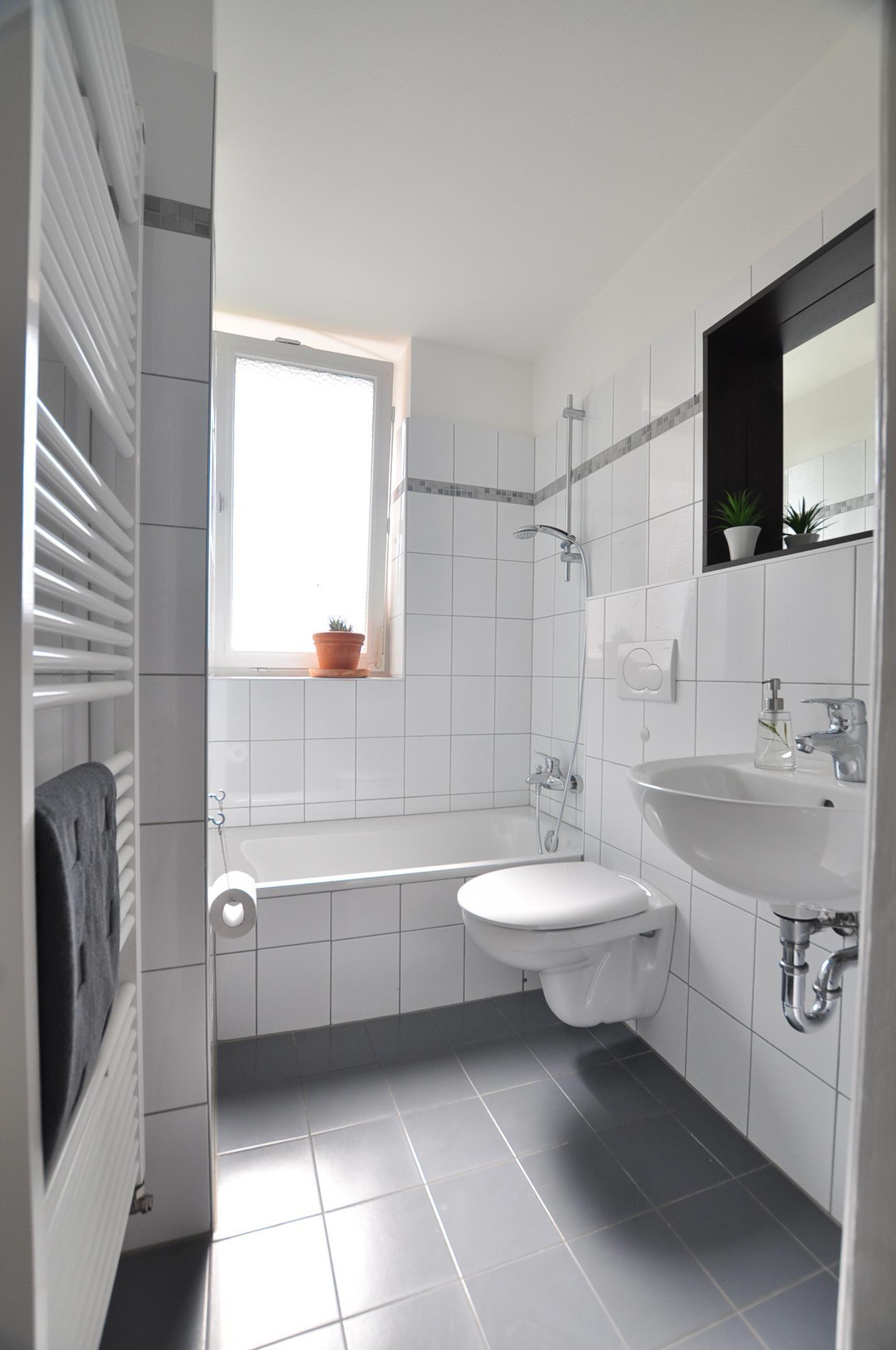 Ding Alles Badezimmer Weisse Fliesen Ideen Inspirations Und Dekorationsideen Badezimmerschrank Bathroom Vanity Vanity Double Vanity